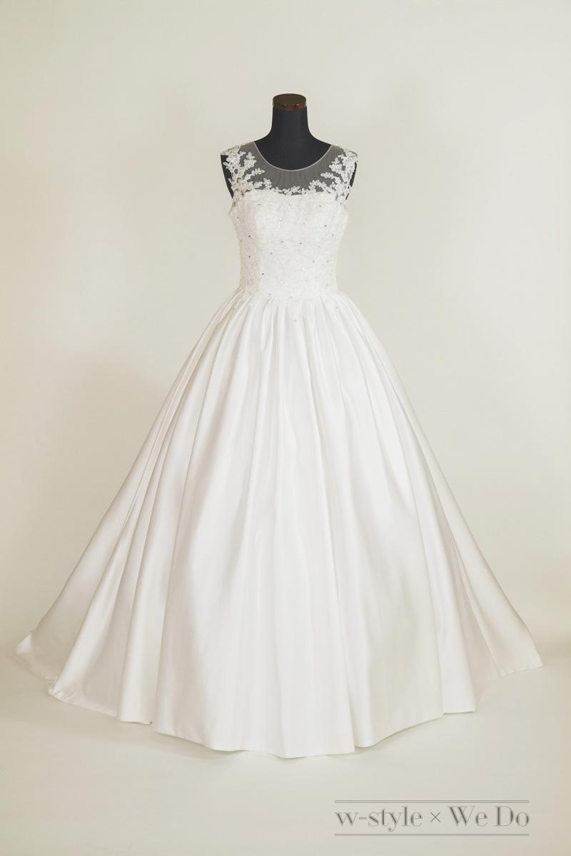 レース刺繍とサテンの光沢が本格的なウェディングドレス
